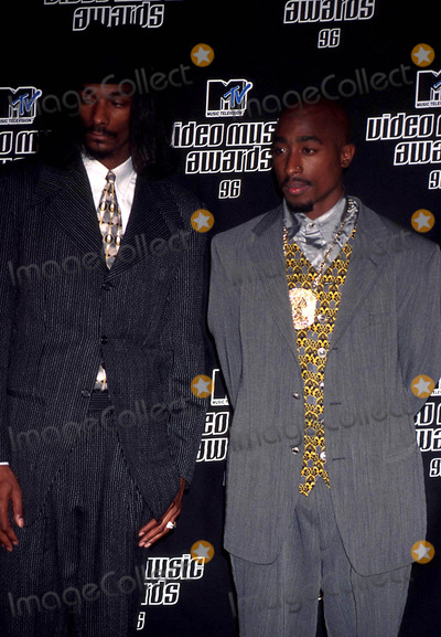 Tupac Shakur Photo - Tupac Shakur and Snoop Doggy Dogg K6009ww Mtv Music Video Awards Radio City Music Hall NYC Photowalter WeissmanGlobe Photos Inc