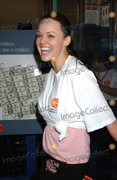 ANNA BENSON Photo - NEW YORK JANUARY 26 2005    Anna Benson wife of New York Mets pitcher Kris Benson presents the winner of the New York Sports Clubs Theres a Million Reasons to Join Sweepstakes at the New York Sports Club