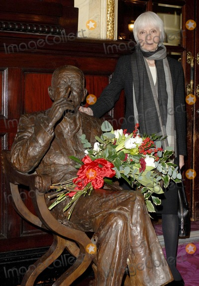 Anna Massey Photo - London UK Anna Massey  lay flowers and speak at the Theatre Royal in Covent Garden on the occasion of Noel Cowards birthday16th December 2006  Ali KadinskyLandmark Media