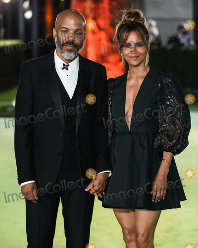 Photo - LOS ANGELES CALIFORNIA USA - SEPTEMBER 25 Van Hunt and girlfriendactress Halle Berry wearing an Etro dress arrive at the Academy Museum of Motion Pictures Opening Gala held at the Academy Museum of Motion Pictures on September 25 2021 in Los Angeles California United States (Photo by Xavier CollinImage Press Agency)