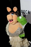 Miss Piggy Photo - the 4th Annual Tribeca Film Festival Presents the Screening of the Muppets Wizard of Oz Tribeca Performing Arts Center New York City 04-27-2005 Photo John Zissel  Globe Photos Inc 2005 Miss Piggy and Kermit the Frog